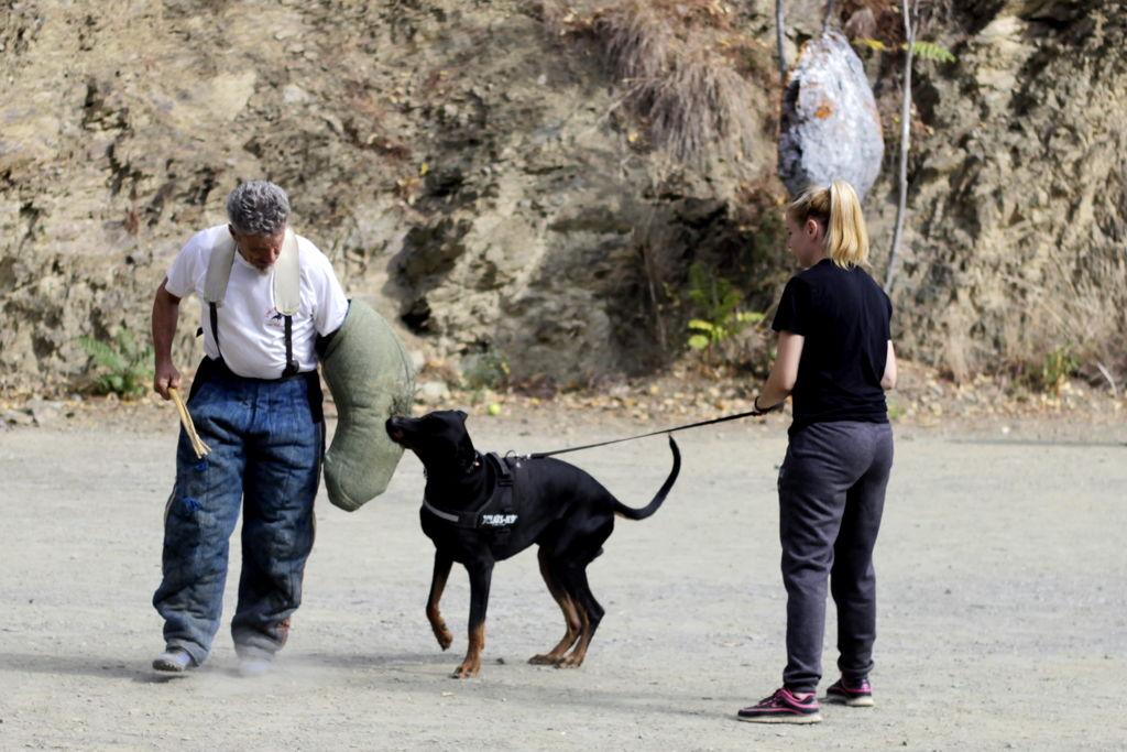 Jean Paul y alumna con perro en defensa deportiva