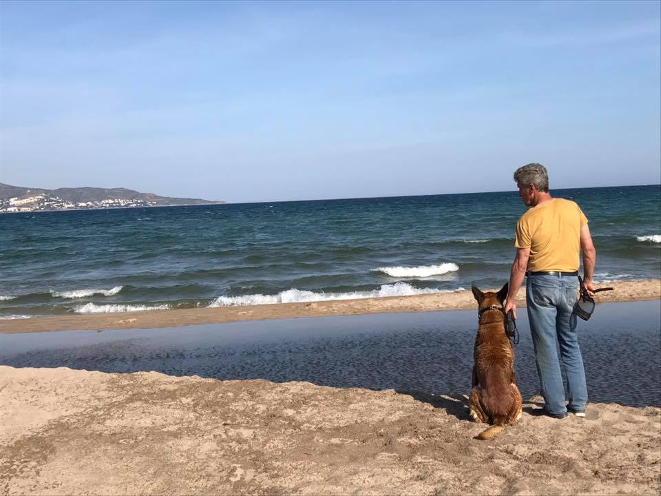 jean paul en la playa con su malinois
